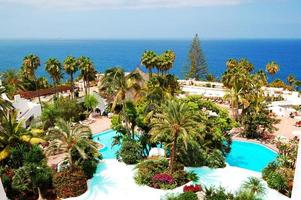 área de lazer com piscinas e praia