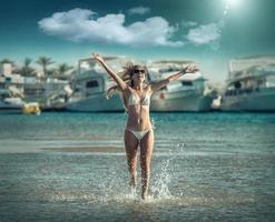 mulher correndo na praia, fundo de iates e