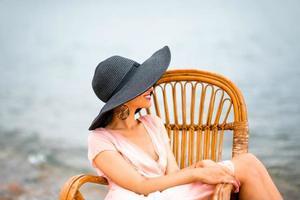 mulher descansando na praia foto