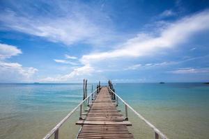 bela ponte tropical na praia em koh samed, tailândia foto