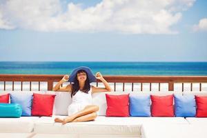 mulher relaxando em resort de luxo