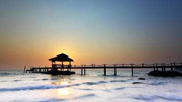 pôr do sol sobre a praia em koh kood foto
