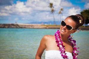 linda garota sorrindo na praia havaiana