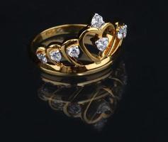 anel de diamante dourado em fundo preto