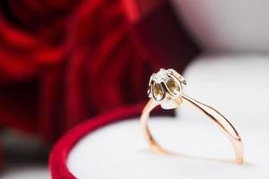 foto macro de anel dourado com diamont