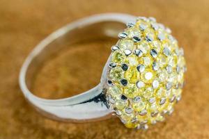 antigo anel de prata com gema amarela.