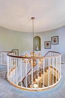 escada em espiral em casa luxuosa