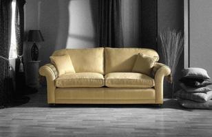 sofá dourado em quarto preto e branco