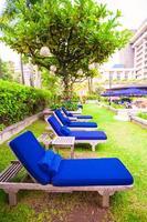 espreguiçadeiras azuis perto da piscina em resort de luxo