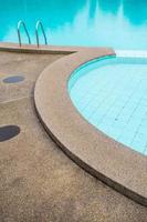 piscina com escada no hotel close up foto