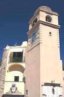 belo relógio de torre antigo na ilha de capri, itália foto