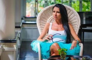 menina magro em um maiô tendo prazer e relaxante foto