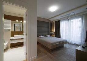 quarto de hotel moderno com banheiro