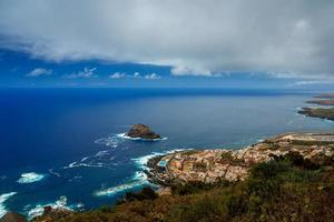 vista do garachico e do oceano atlântico foto