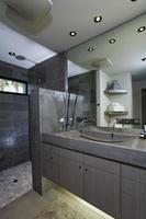 espelho sobre a pia no banheiro