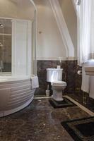 banheiro luxuoso com piso de mármore