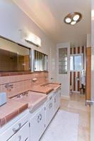 espelhos sobre pias no banheiro