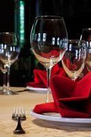 taças de vinho e talheres.