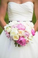 buquê de casamento com peônias, rosas de jardim e ervilha-de-cheiro, flores
