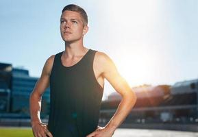 corredor confiante na pista de atletismo