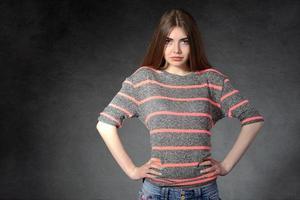 garota demonstra confiança ou indignação foto