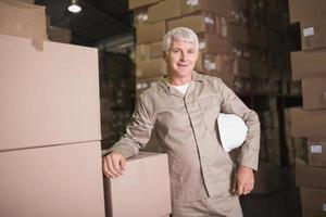 retrato de trabalhador confiante em armazém