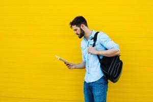 homem bonito com mochila amarela