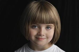 menina bonitinha sorrindo foto