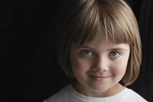 menina adorável sorrindo foto