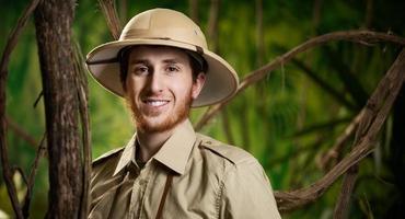 jovem explorador sorridente