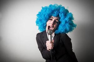 peruca blu engraçada linda jovem empresária foto
