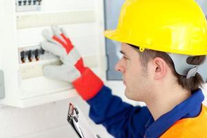 eletricista caucasiano consertando uma planta de energia foto