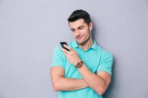 jovem feliz usando smartphone foto