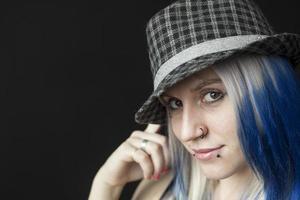 Mulher jovem e bonita com cabelo azul e chapéu de osso de peixe