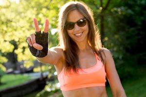 mulher mostrando vitória ou símbolo da paz durante o esporte foto