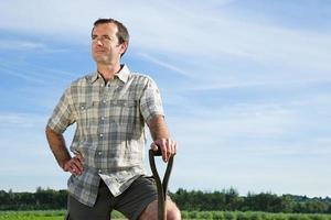 fazendeiro em pé no campo foto