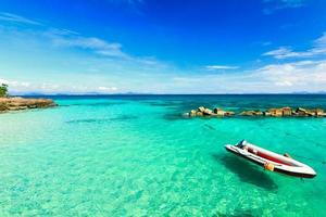 praia paradisíaca na ilha de koh maiton, phuket, tailândia