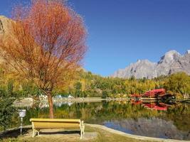 folhagem colorida no outono no lago kachura, no Paquistão foto