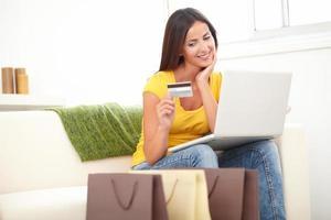 mulher confiante usando um cartão de crédito para fazer compras foto