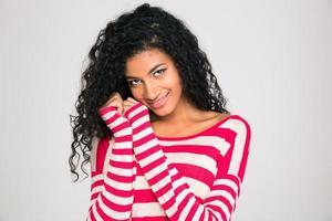 mulher afro-americana sorridente olhando para a câmera
