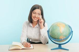 mulher de negócios com o globo foto