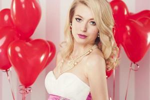 retrato de mulher atraente com balões em forma de coração foto