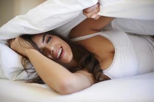 ela se diverte na cama foto