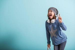garota cheaky dando sinal de vitória foto