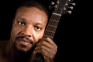 homem afro-americano com guitarra foto