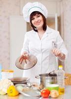 cozinheira mulher com concha foto
