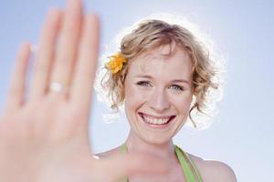 mulher sorridente segurando a mão foto