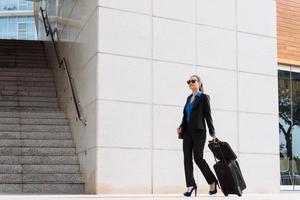 mulher de negócios com bagagem foto