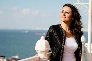 retrato de mulher jovem feliz ao ar livre