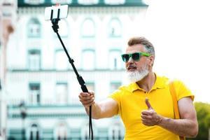 conceito de homem adulto elegante com barba foto